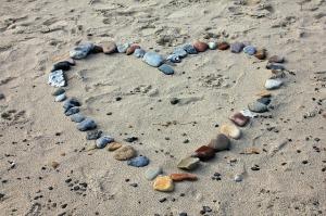 valentine heart beach-193786_640